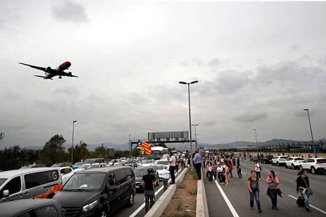 Mielenosoittajat tukkivat tien Barcelonan lentokentälle maanantaina.
