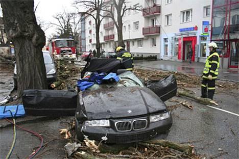 Itävaltalaiset palomiehet raivaavat tuhoja St. Poeltenissa, jossa yksi ihminen kuoli autoon.