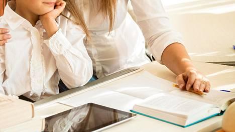 Yksi lukijoista kertoo, että ylihuolehtiva vanhempi tekee jopa esseet lapsensa puolesta.