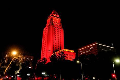 Mars-mönkijän laskeutumista juhlittiin Los Angelesissa valaisemalla kaupungin City Hall punaiseksi.