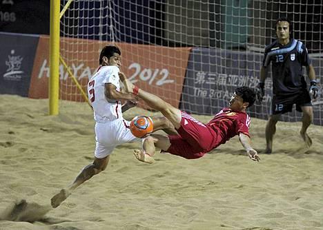 Ei EM-futista vaan ABG (Asian Beach Games). Iranin Hassan Mobarhan ja Kiinan Liu Yisi tiukassa tilanteessa Beach Soccer turnauksessa Aasian Beach Gamesissa Kiinan Haiyangissa. Iran voitti turnauksen kaatamalla Kiinan 2-0. ABG on joka toinen vuosi järjestettävä rantalajien kilpailutapahtuma, joka järjestettiin nyt kolmatta kertaa.