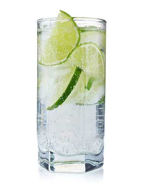 Veden voi maustaa sitrushedelmillä tai kasviksilla kuten varsisellerillä tai kurkulla.