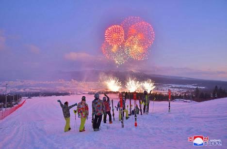 Kuvien perusteella Samjiyonin hiihtokeskuksessa lasketeltiin jo avajaisten aikaan.