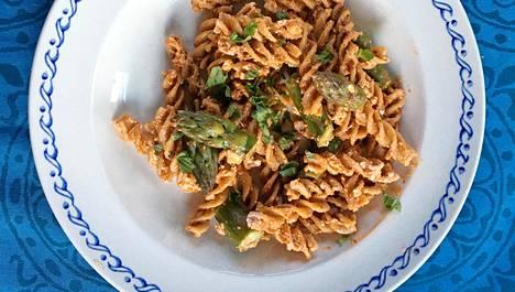 Helppo ja maistuva pasta saa makunsa fetasta, punaisesta pestosta ja halutessaan parsasta.