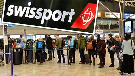 Arkistokuvassa ihmisiä jonottamassa Helsinki-Vantaan lentoaseman turvatarkastukseen 21. helmikuuta.