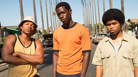 Franklin Saint (Damson Idris, kesk.) aikoo tienata kokaiinikaupan avulla 1980-luvun alun Los Angelesissa.