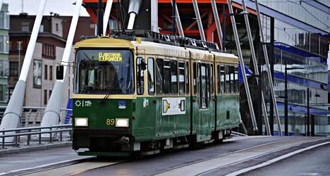 Jätkäsaaren ruuhkat koskettavat myös julkista liikennettä, sillä myös raitiovaunut ovat usein täynnä laivamatkustajia reppuineen ja ostoskärryineen..
