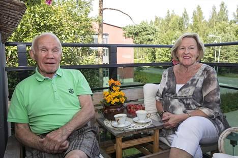Olli ja Raija Mäki kotonaan Kirkkonummella.