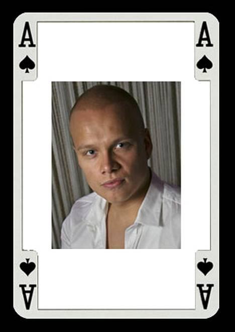 Helsingissä vuonna 1983 syntynyt Ilari Sahamies aloitti pokerin pelaamisen 15-vuotiaana.