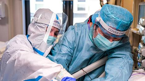 Henkilökunta hoiti koronaviruspotilasta Bochnia-sairaalassa Puolassa.