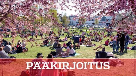 Lämmin sää houkutteli kirsikkapuistoon väkeä Helsingin Roihuvuoressa.