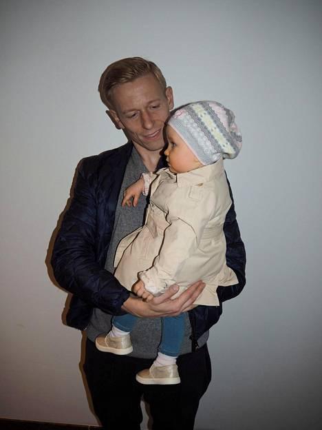 Mikael Forssell Lilia-tyttärensä kanssa.