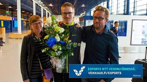 Topias Taavitsainen voitti elokuussa Dota -videopelin maailmanmestaruuden. Suomeen palattuaan lentokentällä mestaria olivat vastassa Alli-äiti ja Esko-isä.