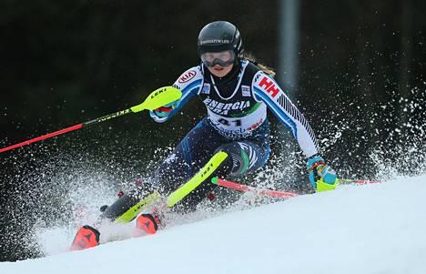 Riikka Honkanen vauhdissa maailmancupin pujottelukisassa Zabrebissa 3. tammikuuta.