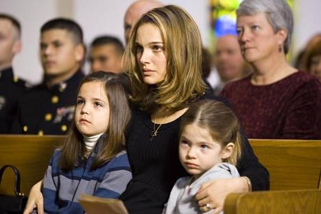 Afganistanissa kadonneen Samin vaimon (Natalie Portman) ja miehen vasta vankilasta vapautuneen veljen välille puhkeaa romanssi.