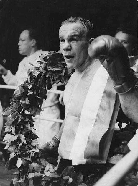 Olli Mäki tuuletti Euroopan mestaruutensa säilyttämistä vuonna 1964. Mäki löi haastajansa ranskalaisen Aissa Hashasin teknisellä tyrmäyksellä.