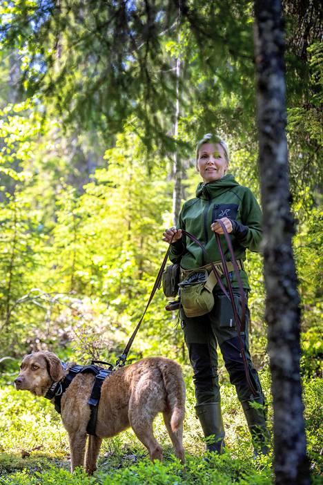 Tanja Karpela on koiriensa kanssa ollut Metsähallituksen liito-oravahankkeessa mukana viime vuodesta lähtien.