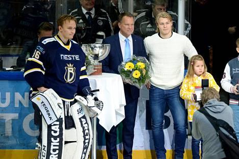 Björkqvist ja Kaapo Kähkönen palkittiin ennen Blues–TPS-ottelua 9. tammikuuta.