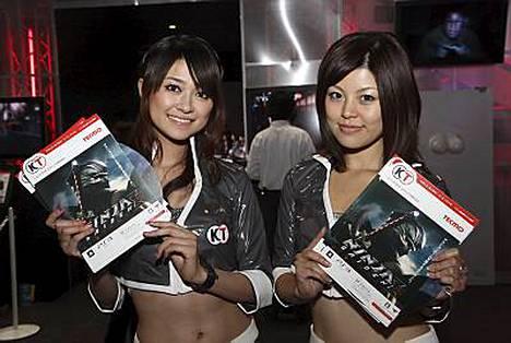Seksikkäät japanilaistytöt esittelivät peliuutuuksia Tokiossa.