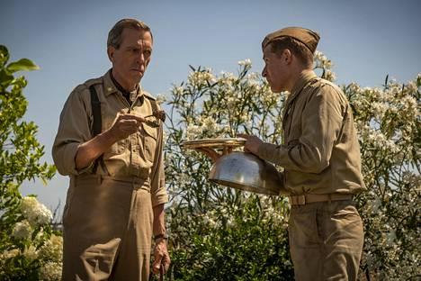 Majuri de Coverley (Hugh Laurie) ja Milo (Daniel David Stewart).