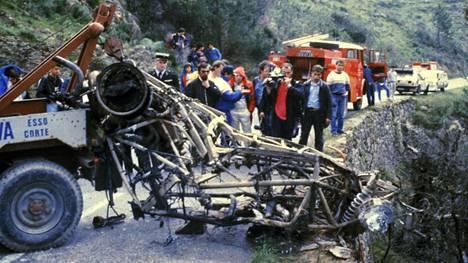 Henri Toivosen kuolemaan johtanut onnettomuus tapahtui Korsikalla 2.5.1986. Kuvassa palaneen auton jäännöksiä kuljetetaan pois Corten liepeillä.
