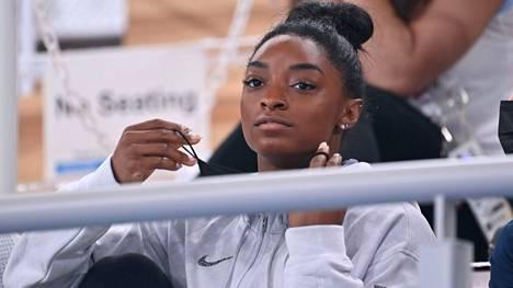 Simone Biles on seurannut osan voimistelun olympiakisoista katsomosta.