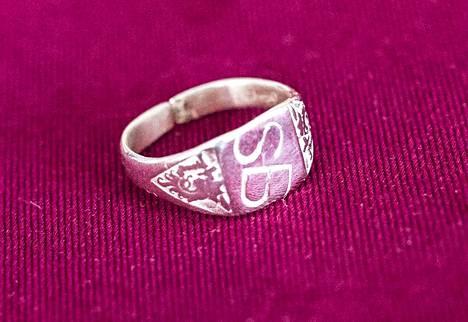 Anneli Hapon Seppo Boismanilta saama Sepon nimikirjaimilla varustettu sormus. Sormuksen sisälle on kaiverrettu päivämäärä syyskuulta 1959.