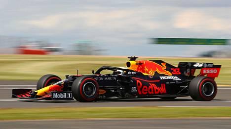 Max Verstappen pääsi Red Bullin autolla lopulta jopa lähelle voittoa, koska Mercedes-tallin kuljettajat kärsivät rengasrikoista.