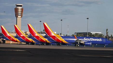 Lentokiellossa olevia Boeing 737 Max 8 -koneita seisoo käyttämättöminä Phoenixin lentokentän asematasolla.