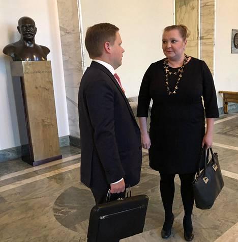 Markus Lohi (kesk) ja Suna Kymäläinen (sd) hieroivat sovintoa eduskunnassa keskiviikkona.