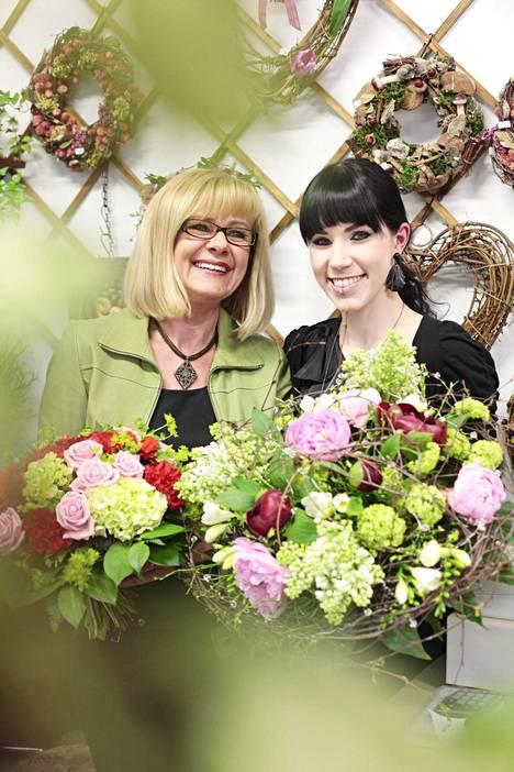Idols-tähti Stina Girs teki äitinsä kanssa äitienpäiväkukkakimput vuonna 2011.