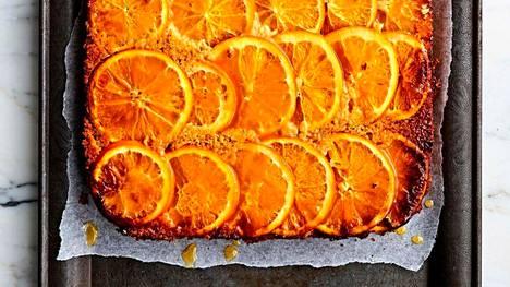 Appelsiinikeikauskakkuun voi käyttää kuorineen viipaloituja hedelmiä, sillä kuori pehmenee kypsennettäessä. Toki halutessaan hedelmät voi myös kuoria ennen käyttöä.
