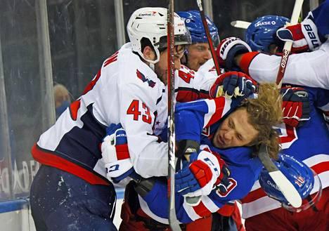 Tästä kaikki alkoi keskiviikkoyönä. Washingtonin kovanaama Tom Wilson (vas.) runteli NY Rangersin tähtipelaajan Artemi Panarinin sairauslomalle.