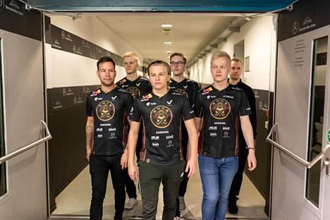 ENCE pelasi Virolaisen (keskellä) kanssa viimeistä kertaa syyskuun alussa Berliinissä. Viikkoa myöhemmin Jussila (takana vasemmalla) heitti kohuhaastattelussa Virolaisen niin sanotusti bussin alle.
