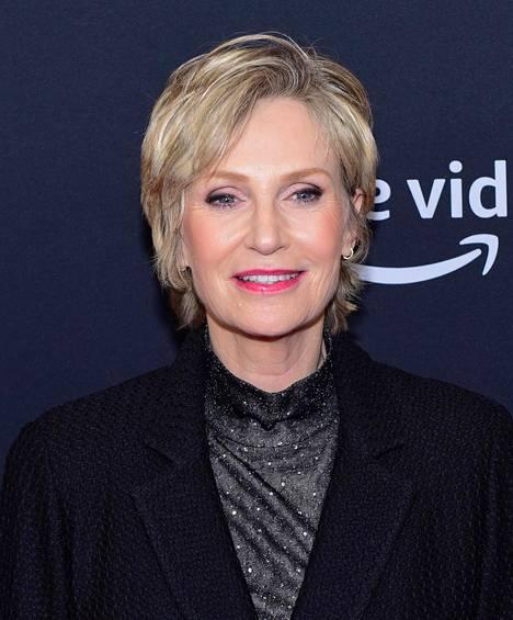Jane Lynch esitti sarjassa kärsivällistä terapeuttia, joka kuunteli Harperin veljesten huolia.