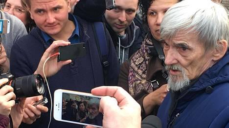 Juri Dmitrijev(oik) ehdittiin jo kertaalleen vapauttaa oikeudenkäynnissä 2018, mutta nyt hän on uudelleen tutkintavankeudessa. Syytteet koskevat väitettyjä seksuaalirikoksia alaikäistä kasvattitytärtä kohtaan.