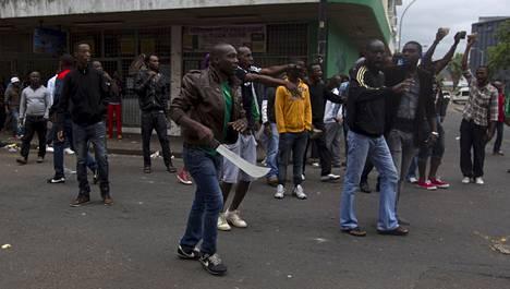Etelä-Afrikassa kytenyt muukalaisviha on räjähtänyt väkivaltaiseksi kaaokseksi.