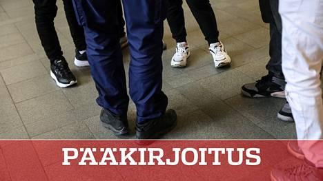 Muutokset nuorten pukeutumisessa ja kaveripiirissä saattavat kertoa radikalisoitumisesta. Poliisi jalkautui Helsingin rautatieasemalle keskustelemaan nuorten kanssa viime toukokuussa.