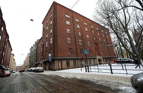 Helsingin piispa Teemu Laajasalo asuu Ullanlinnassa. Ennen Laajasaloa asunnossa ovat asuneet piispat Eero Huovinen ja Irja Askola.