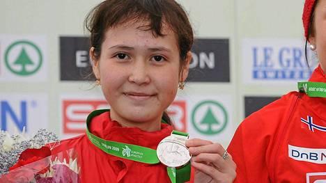 Gulshat Fazletdinova poseeraa maastojuoksun nuorten EM-hopean kanssa Irlannissa 2009.