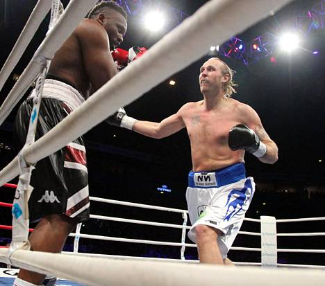 Robert Helenius tuomittiin yllättäen voittajaksi Dereck Chisoraa vastaan joulukuussa 2011.