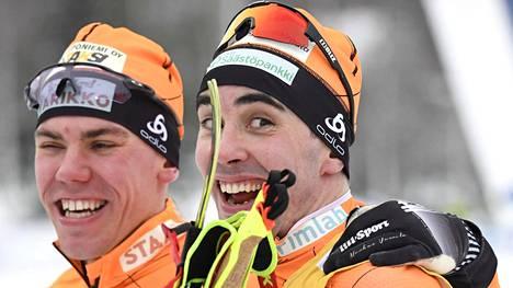 Ristomatti Hakola (oik.) väläytti vauhtiaan ja huumorintajuaan Vöyrin SM-hiihdoissa.