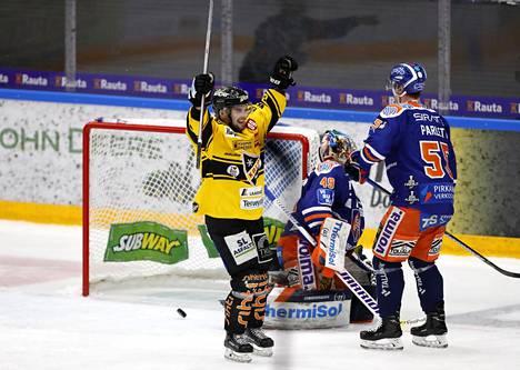Jyri Junnila on onnistunut molemmissa SM-liigan finaaliotteluissa Tapparan pelaajien harmiksi.