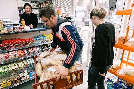 Paikallisessa ruokakaupassa vierailu on yleinen tapa, jota matkailijat harrastavat.