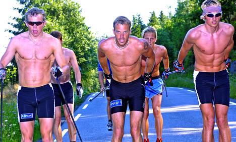 Anders Aukland (kesk.) eteni kesäisin vauhdikkaasti muuallakin kuin rullasuksilenkeillä. 3000 metriä on sujahtanut hiihtäjäksi todelliseen huippuaikaan 8.02,77.