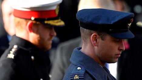 Veljekset kohtaavat yhteisen surun äärellä isoisänsä hautajaisissa.