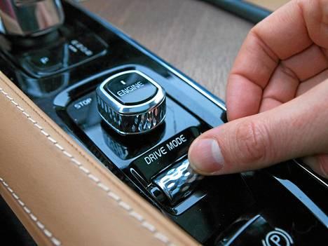 Kitkarenkaat ja vaihtelevan liukas tienpinta tuottavat Volvon voimalinjalle töitä. Kuljettaja pääsee taiteilemaan pidon ja kulutuksen välillä.