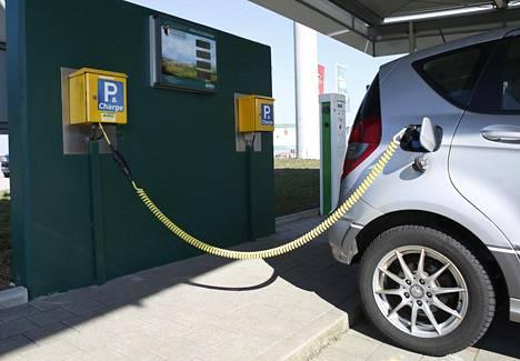 Henkilöauto latauksessa Saksan Wolpertshausenissa, jossa tuotetaan paljon sähköä aurinkopaneeleilla ja tuuliturbiineilla.