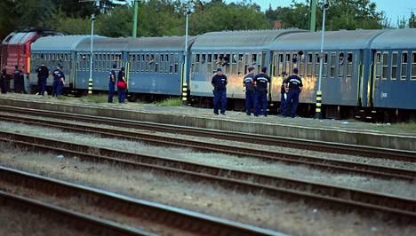 Unkarilaisia poliiseja Murakereszturin rautatieasemalla 19. syyskuuta.