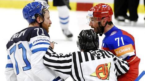 Venäjän Ilja Kovaltshukilla oli asiaa Leo Komaroville MM-kisojen alkulohkon ottelussa vuonna 2015. Kyseinen ottelu päättyi Komarovin osalta suihkukomennukseen – virheellisesti.
